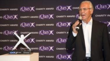 Franz Beckenbauer erhält den eQues Charity Award