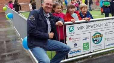 HNA – Golfende Fußballer und Sponsoren: Bolzplatz für Brüder-Grimm-Schule